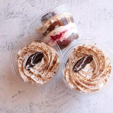 На фото десерт Фруктовый в стаканчике, шоколадный бисквит со сливочным кремом, производитель кондитерских изделий под заказ Шарлотка.