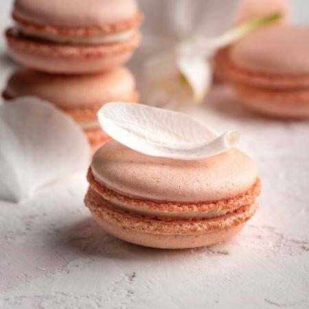 На фото круглое арахисовое печенье Макаронс, производитель кондитерских изделий под заказ Шарлотка.