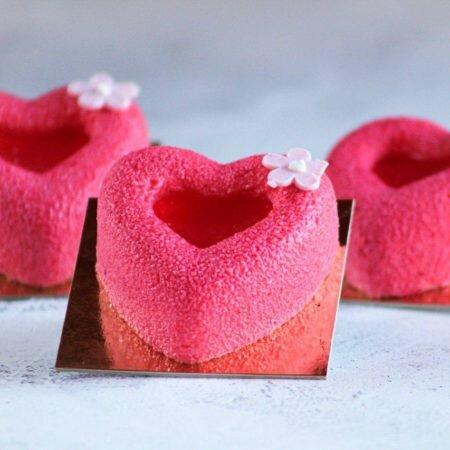 """На фото муссовое пирожное Сердце производителя """"Шарлотка"""", пирожное в виде сердца, розового цвета."""