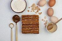 На фото арахис, яйца, крем, медовые коржи, ингредиенты для торта, производитель кондитерских изделий под заказ Шарлотка.