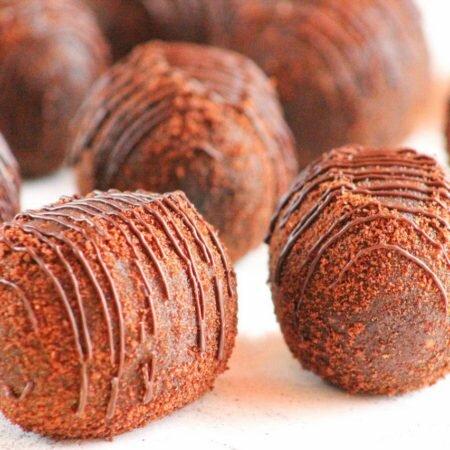 На фото шоколадное пирожное Картошка производителя кондитерских изделий под заказ Шарлотка.