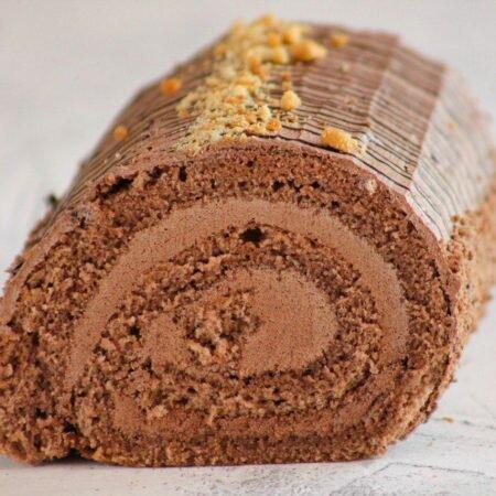 На фотографии шоколадный рулет с шоколадным кремом, производитель кондитерских изделий, под заказ, Шарлотка.