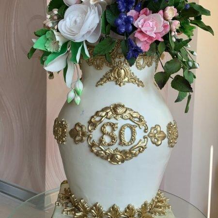 На фото свадебный торт в виде вазы с цветами, производитель кондитерских изделий на заказ Шарлотка.