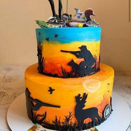 На фото двухъярусный торт, в охотничьей тематике, производителя кондитерских изделий на заказ Шарлотка.