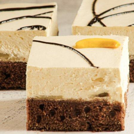 На фото торт Банановый десерт, производителя кондитерских изделий под заказ Шарлотка, коричневый корж с белым кремом.