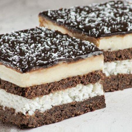 На фото торт Баунти, производителя кондитерских изделий под заказ Шарлотка, коричневые коржи с белым кремом, шоколадной глазурью.
