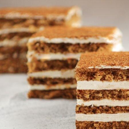 На фотографии торт Дамский каприз, производителя кондитерских изделий под заказ Шарлотка, коричневые коржи с белым сметанным кремом.
