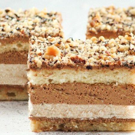 На фото торт Марианна, украшенный ореховой крошкой, производителя кондитерских изделий под заказ Шарлотка.