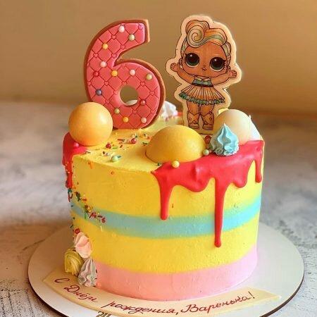 На фото круглый торт желтого цвета украшенный цифрой 6, производителя кондитерских изделий на заказ Шарлотка.