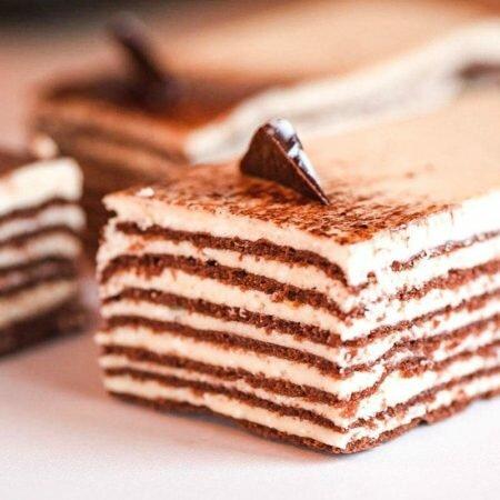На фото торт Шарлотт, производителя кондитерских изделий под заказ Шарлотка, шоколадные коржи с белым кремом.