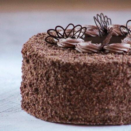 На фотографии шоколадный торт украшенный шоколадным кремом, производитель кондитерских изделий под заказ Шарлотка.