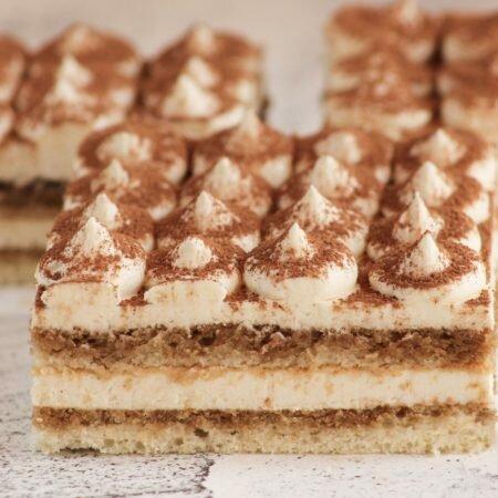 На фотографии торт Тирамису, производителя кондитерских изделий под заказ Шарлотка, белый бисквит с кофейной пропиткой.